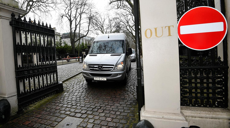 Микроавтобус с дипломатами и их семьями во время выезда с территории российского посольства в Лондоне 20 марта 2018 года.