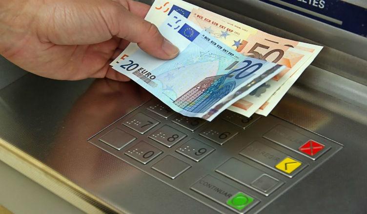 Коммерческий банк предоставил возможность снять евро