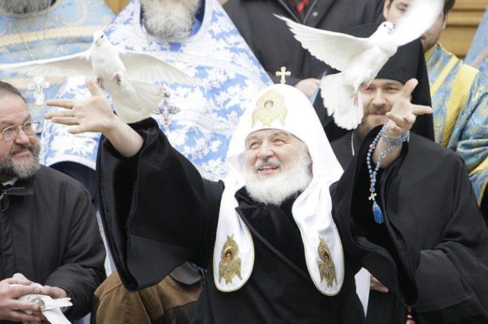 Патриарх выпустил голубей в небо над Кремлем в праздник Благовещения