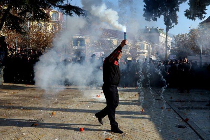 Протестующие в Сербии забросали полицейских яйцами