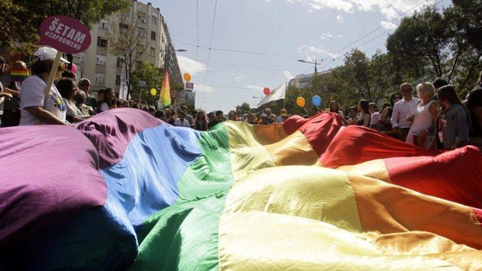 Участники Белградского гей-парада развевают радужный флаг в Белграде, Сербия, 17 сентября 2017 года