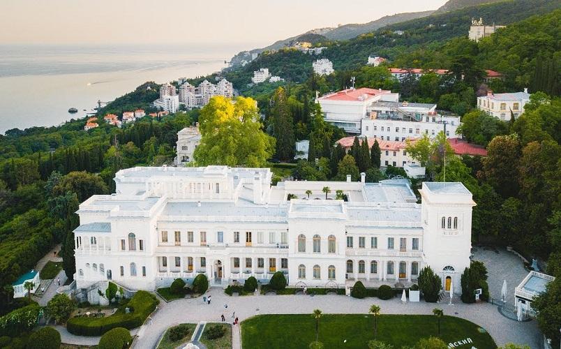 Ливадийский дворец, расположен в 3 км от Ялты и с 1861 г. был резиденцией российских императоров
