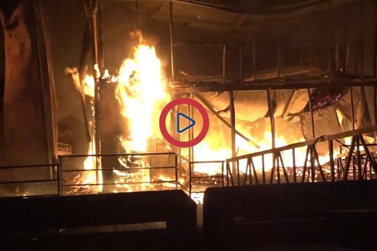 Плот-ресторан Цунами полностью сгорел