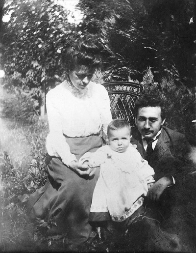 Альберт Эйнштейн, его первая жена Милева Марич и их сын Ганс в 1904 году