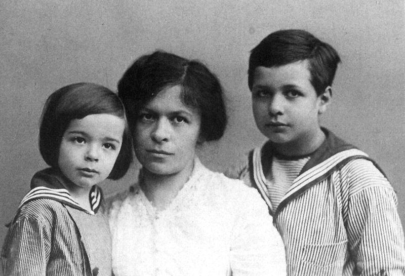 Милева Марич с сыновьями